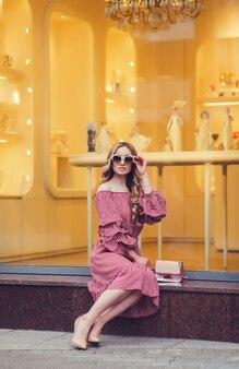 Portrait de belle femme blonde à lunettes de soleil