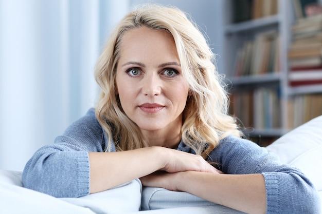 Portrait de belle femme blonde mature