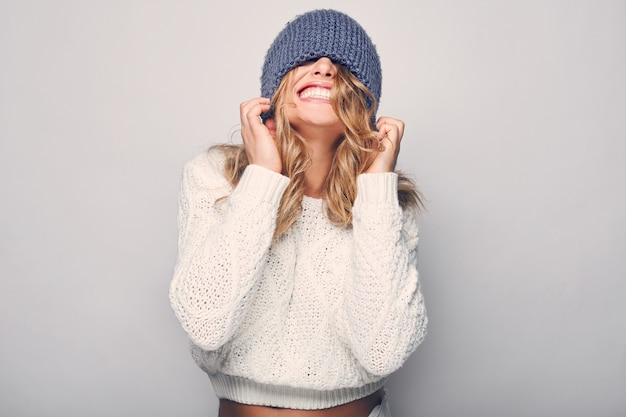 Portrait de belle femme blonde en pull