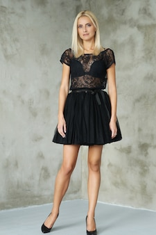 Portrait de belle femme blonde avec une robe avec des transparents