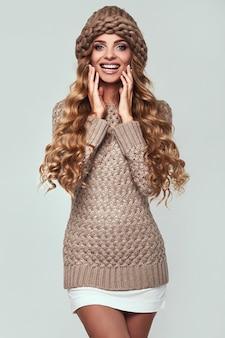 Portrait de belle femme blonde souriante en pull