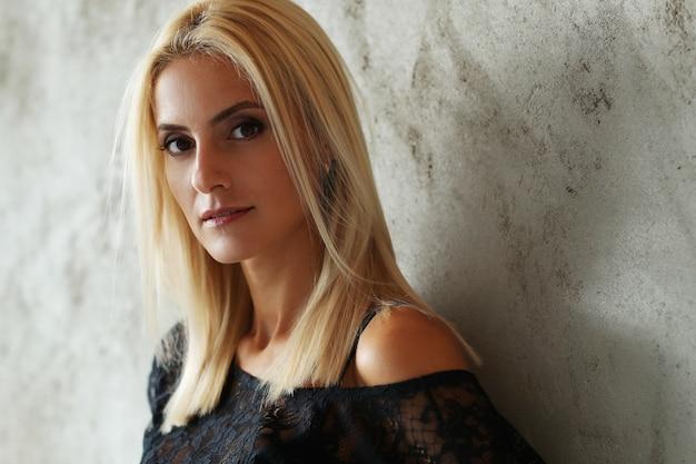 Portrait de belle femme blonde