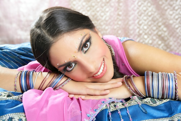 Portrait de belle femme brune indienne