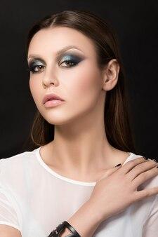 Portrait de la belle femme brune avec maquillage mode
