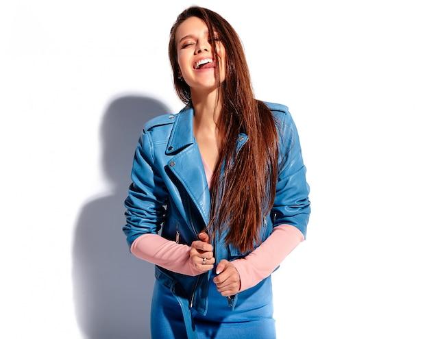 Portrait de la belle femme brune souriante caucasienne modèle en vêtements élégants d'été rose et bleu vif