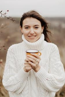 Portrait belle femme buvant du thé