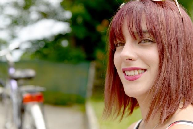 Portrait d'une belle femme avec un chapeau d'été