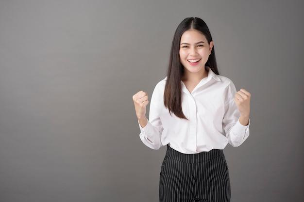 Portrait de belle femme confiante réussie