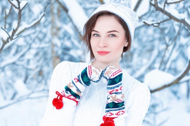 Portrait d'une belle femme contre le d'une forêt d'hiver