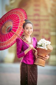 Portrait d'une belle femme en costume national du laos ancien qui sont prêts à faire valoir