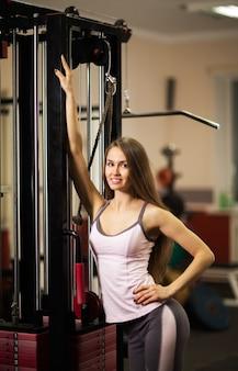 Portrait d'une belle femme dans un club de fitness