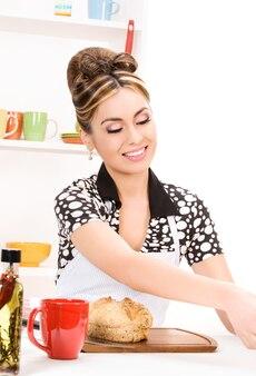 Portrait de belle femme dans la cuisine