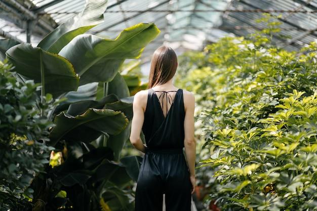 Portrait de belle femme dans le jardin