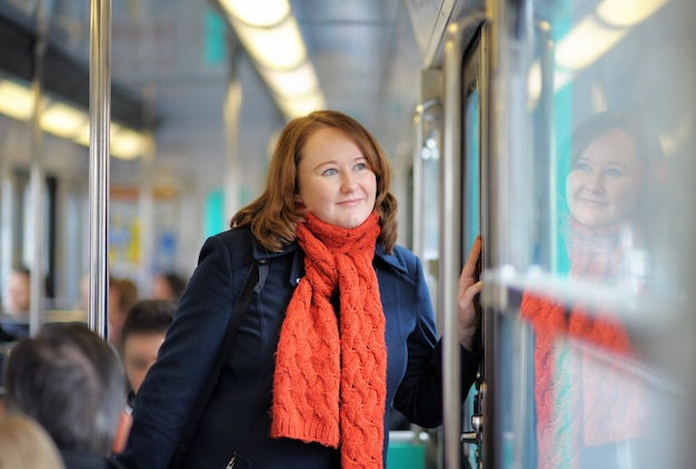 Portrait de belle femme dans le métro parisien