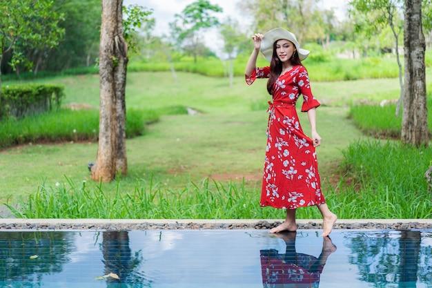 Portrait de la belle femme dans la piscine