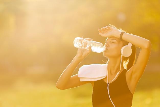 Portrait, de, belle femme, eau potable