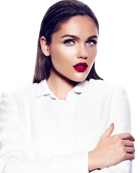 Portrait de la belle femme élégante aux lèvres rouges
