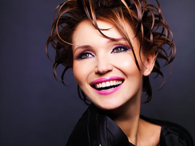 Portrait de la belle femme expressive avec une coiffure fashion posant.