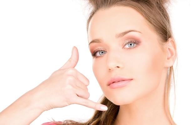 Portrait de belle femme faisant un geste de m'appeler