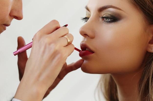 Portrait de belle femme faisant maquillage