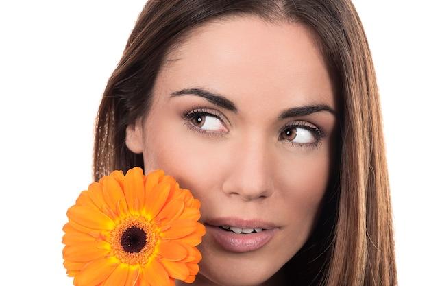 Portrait de belle femme avec fleur sur fond blanc