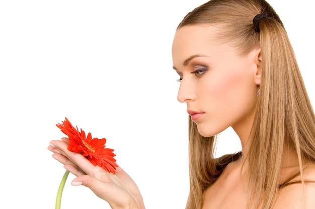 Portrait de belle femme avec fleur rouge