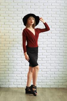 Portrait d'une belle femme gracieuse au chapeau élégant