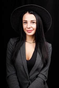 Portrait de belle femme avec un grand chapeau. d'apparence ancienne. maquillage de mode. le chapeau couvre la moitié du visage.