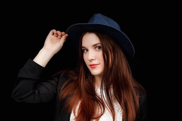 Portrait de belle femme avec un grand chapeau