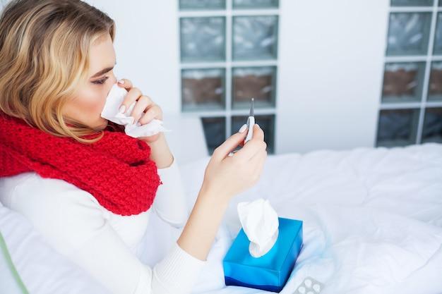 Portrait de belle femme avec la grippe