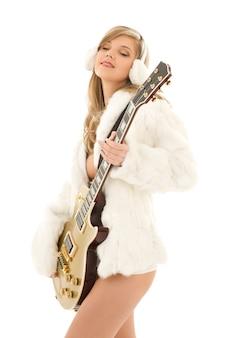 Portrait de belle femme avec guitare dorée