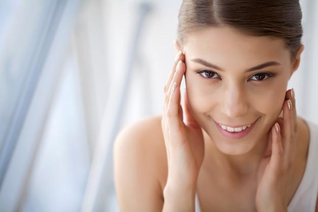 Portrait belle femme heureuse avec des dents blanches souriant