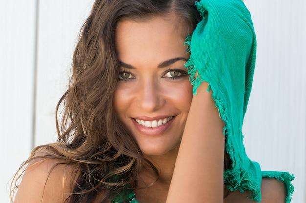 Portrait de belle femme heureuse avec écharpe en une journée d'été