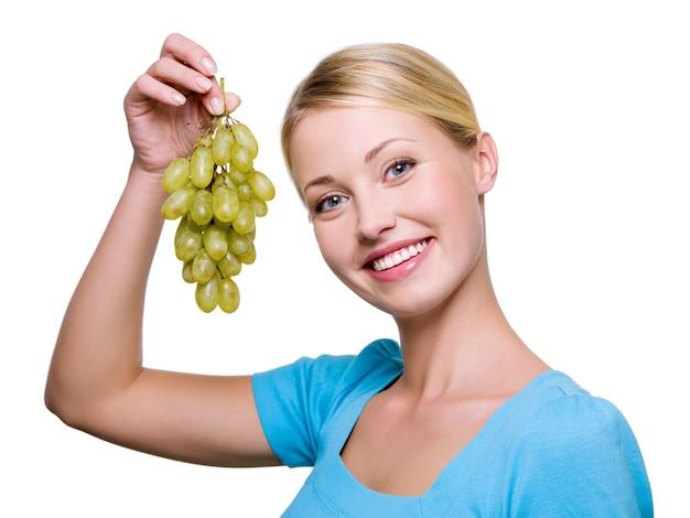 Portrait d'une belle femme heureuse avec grappe de raisin