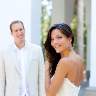 Portrait de belle femme heureuse avec homme