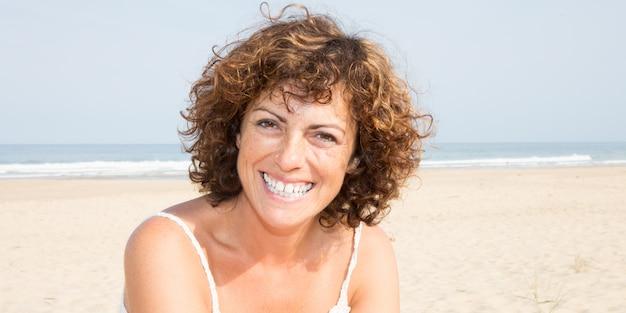 Portrait de belle femme heureuse souriante de 40 ans