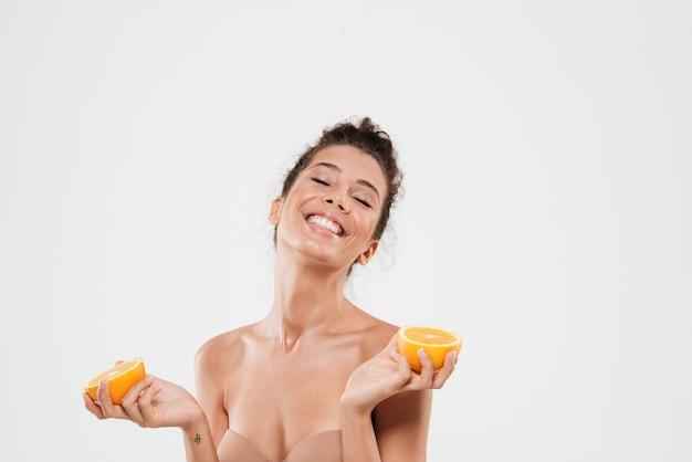 Portrait d'une belle femme heureuse