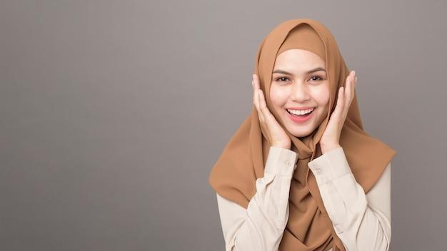 Portrait de belle femme avec hijab sourit