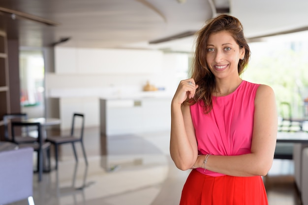 Portrait de la belle femme hispanique dans la maison contemporaine moderne à l'intérieur