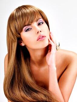 Portrait d'une belle femme indienne aux longs cheveux bruns droits.