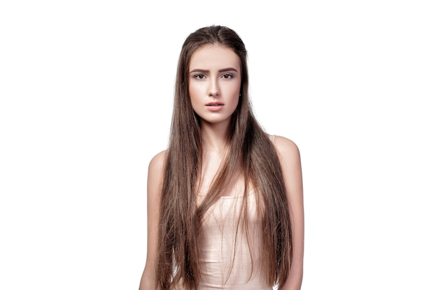 Portrait de belle femme indignée aux cheveux longs isolé sur fond blanc.