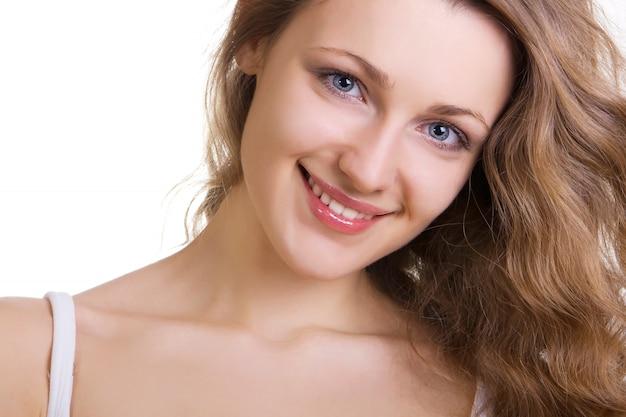 Portrait de belle femme isolé sur fond blanc