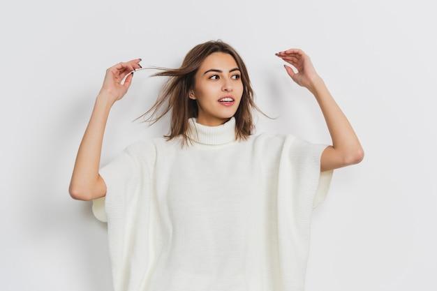 Portrait de belle femme isolée sur studio blanc