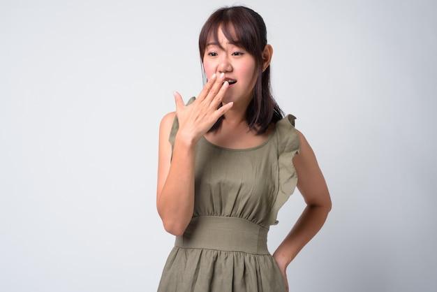 Portrait de la belle femme japonaise sur blanc