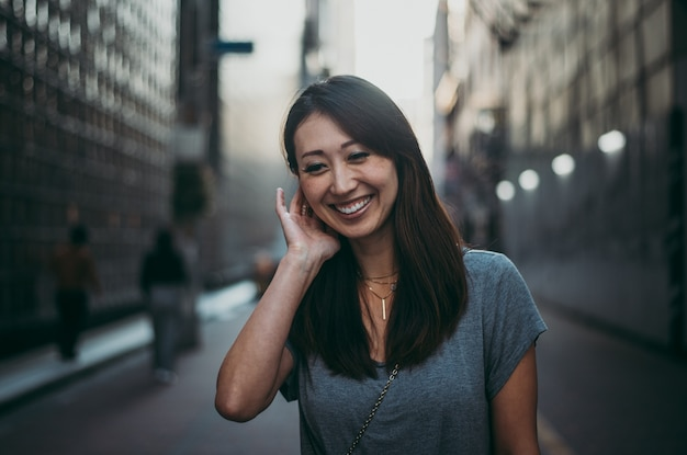 Portrait de belle femme japonaise en plein air