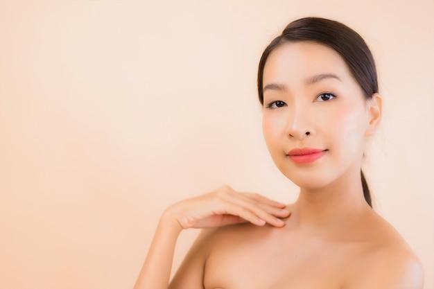 Portrait belle femme jeune visage asiatique avec concept spa beauté