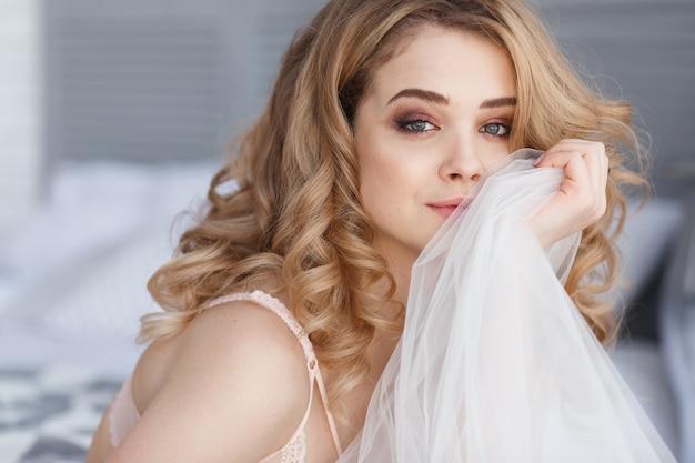 Portrait de belle femme jolie souriante relaxante dans la chambre à coucher. brides matin.