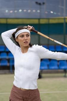 Portrait de belle femme jouant au tennis en plein air