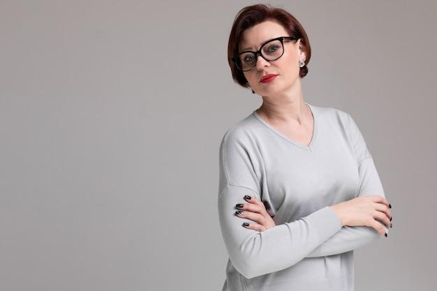 Portrait de belle femme à lunettes isolé sur la lumière