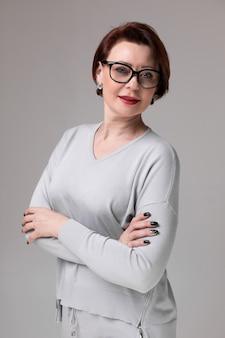 Portrait de la belle femme à lunettes isolé sur la lumière